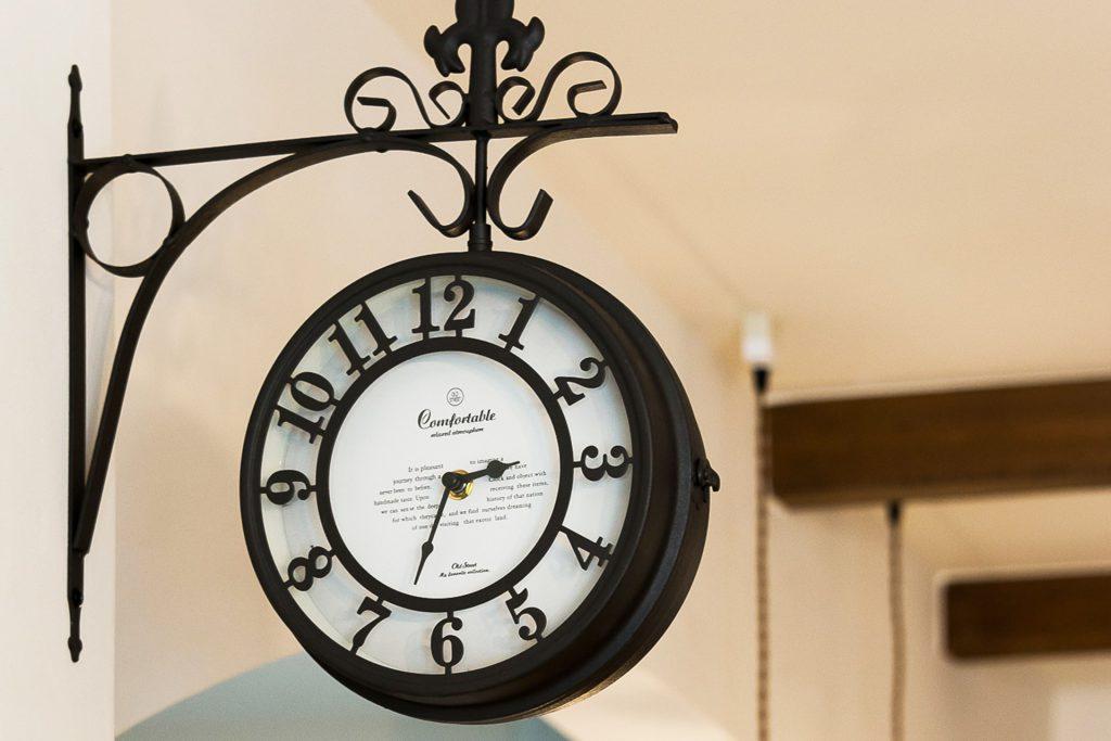 溢れる想いを優しくまとめた家のおしゃれな壁掛け時計
