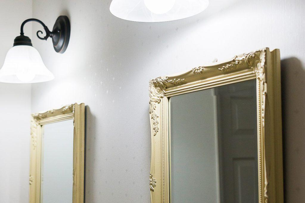 溢れる想いを優しくまとめた家の2つ並んだ鏡