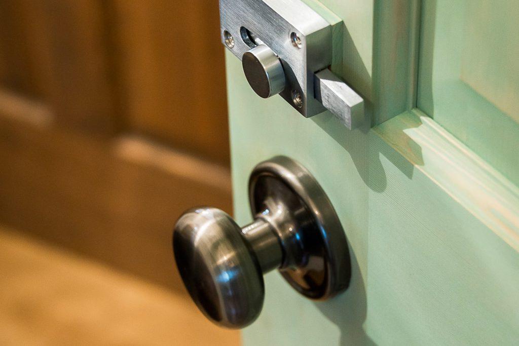 溢れる想いを優しくまとめた家の緑のドアのノブ