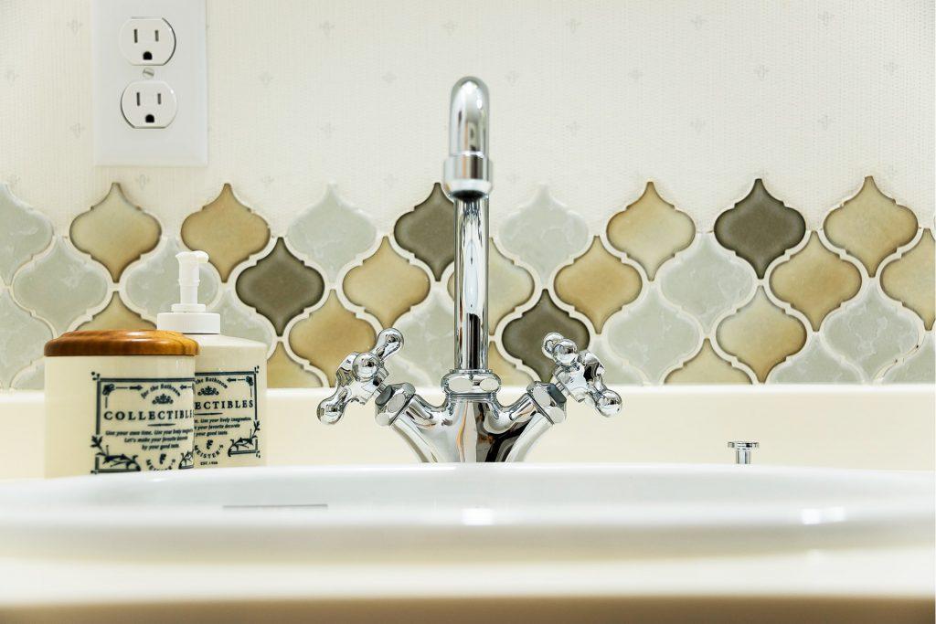 溢れる想いを優しくまとめた家のタイル張りの洗面台